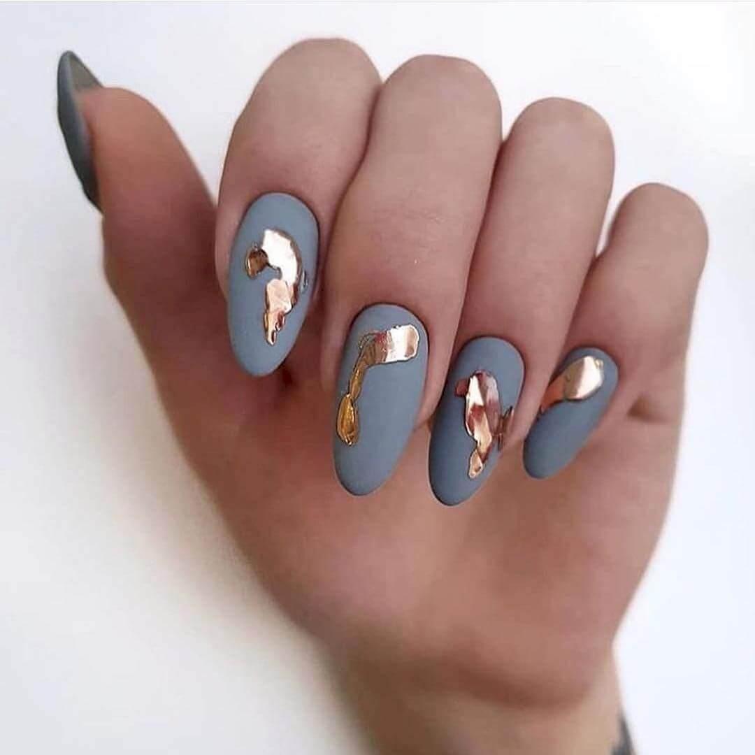 Belle combinaison de ongles décorés en gris et or