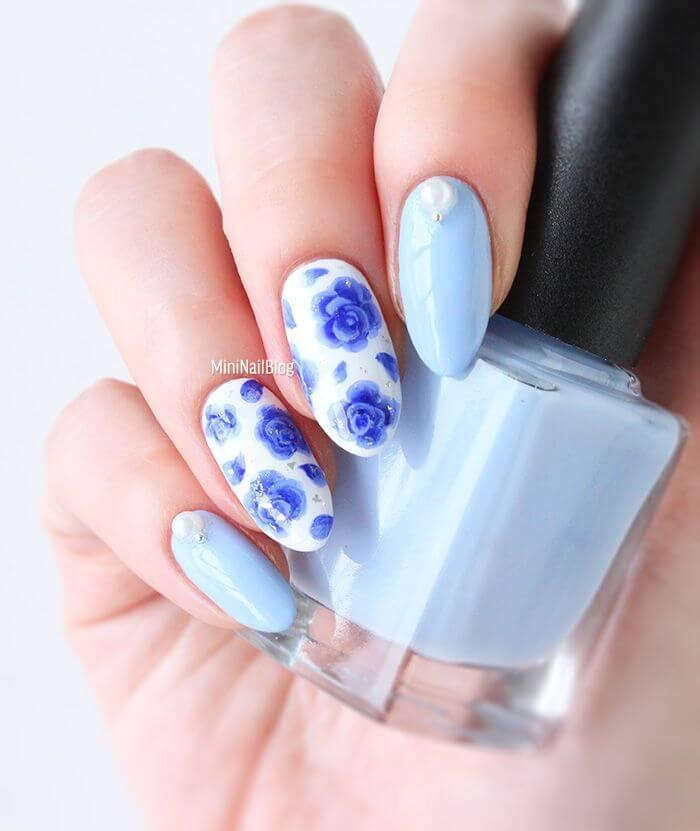 Ongles blancs avec fleurs bleues