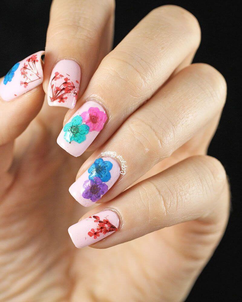 ongles pastel avec fleurs colorées