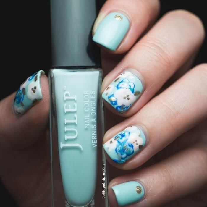 Ongles fleuris bleu clair et blanc