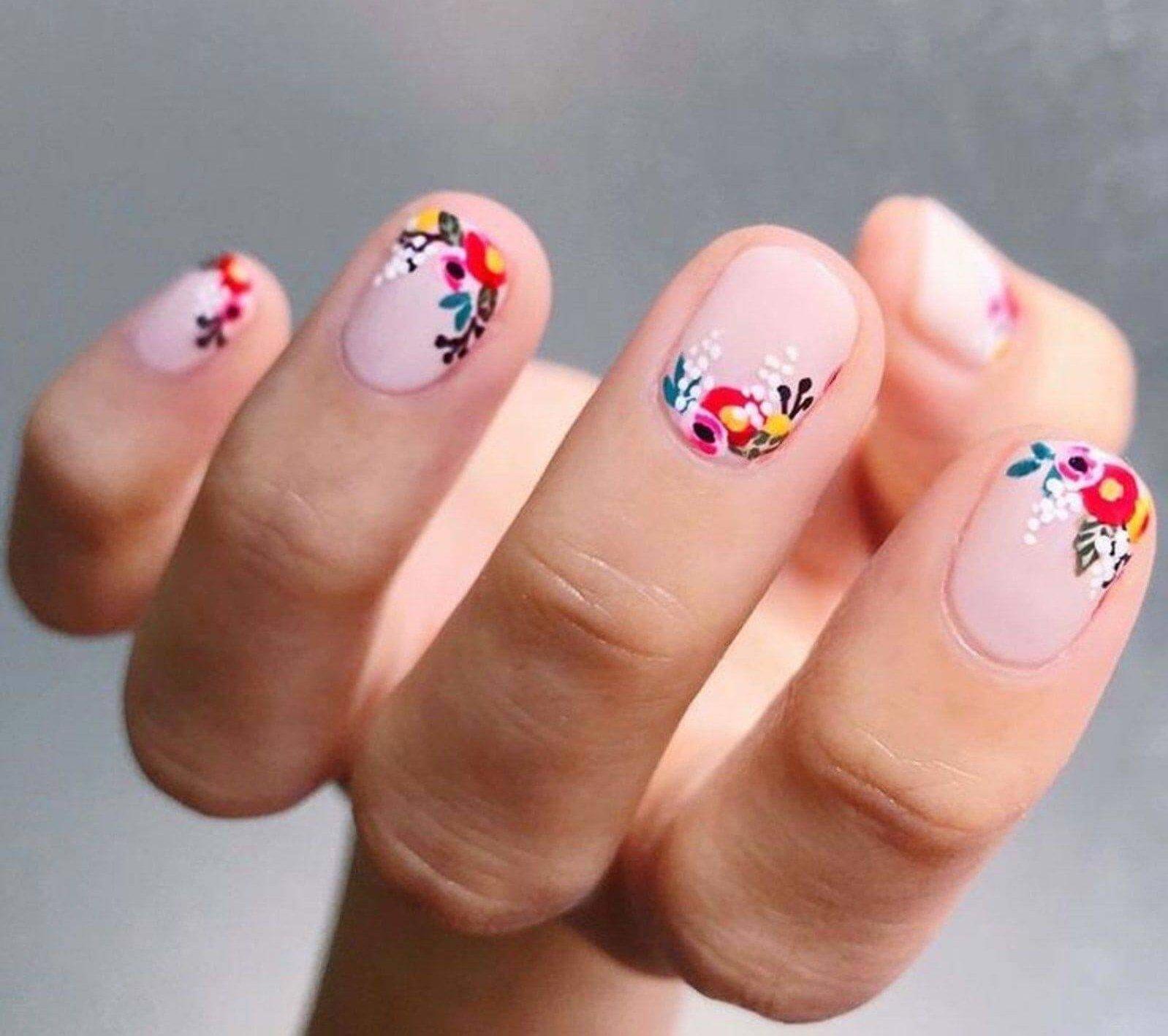Ongles décorés de fleurs