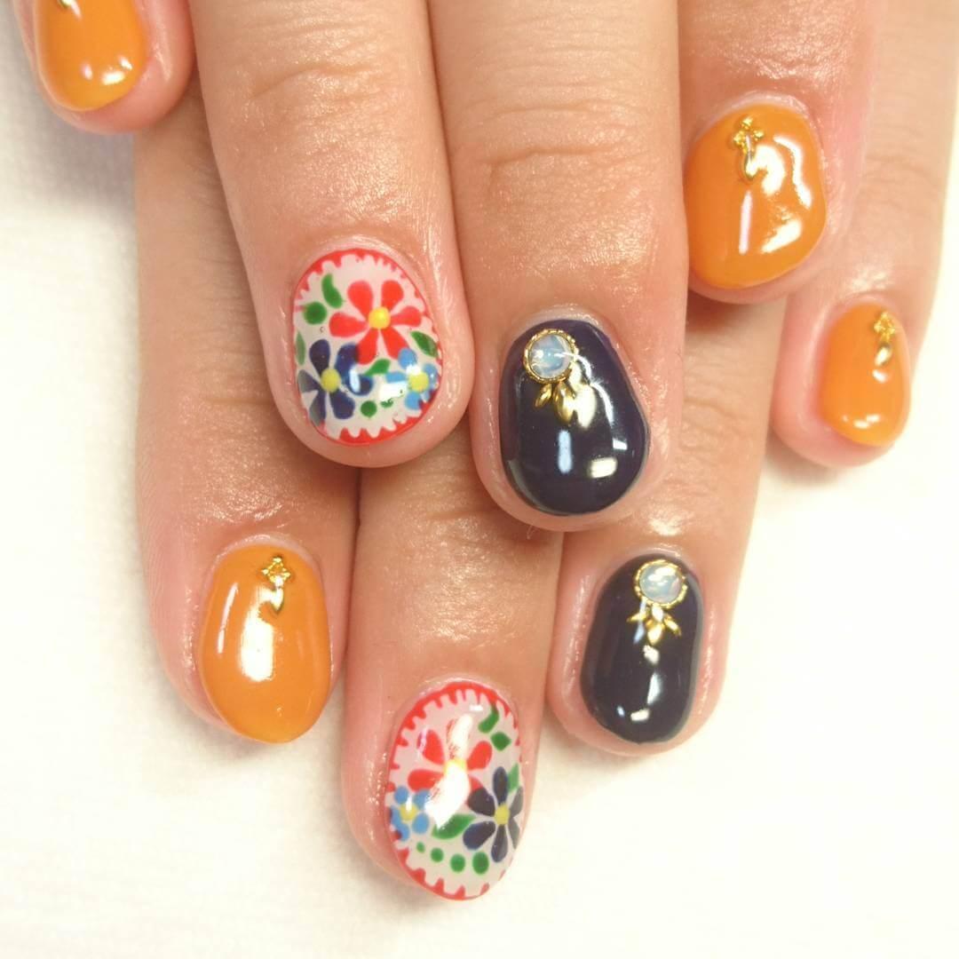 ongles décorés de fleurs et de pierres