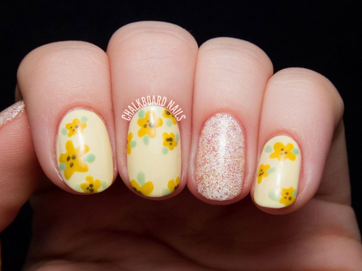 Ongles avec fleurs jaunes