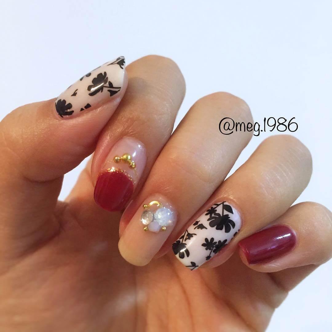 ongles décorés de fleurs noires