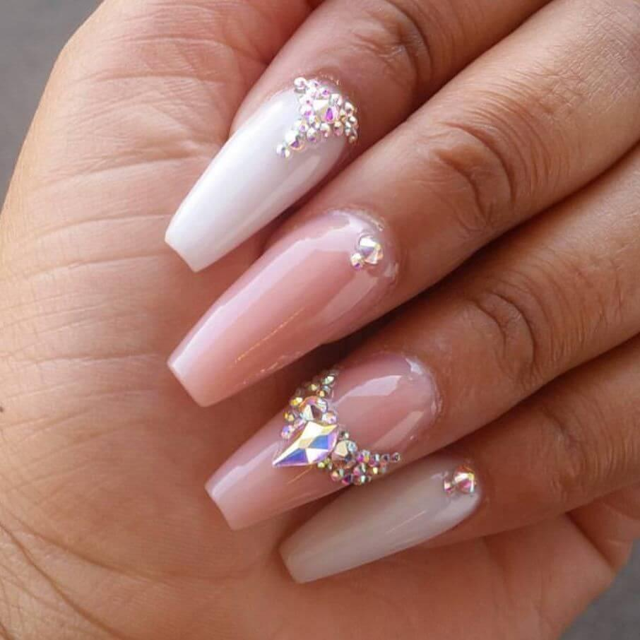 ongles décorés de strass pour la mariée