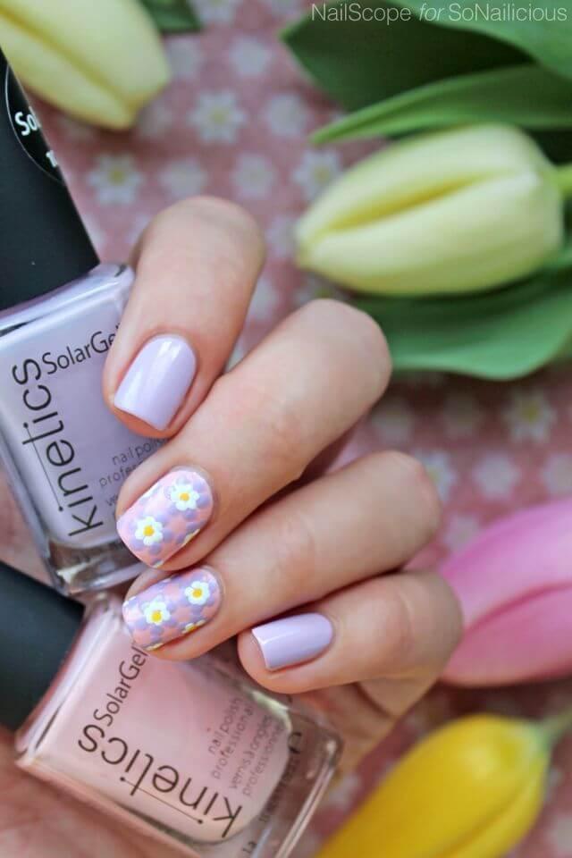 Ongles avec fleurs dans les tons de violet