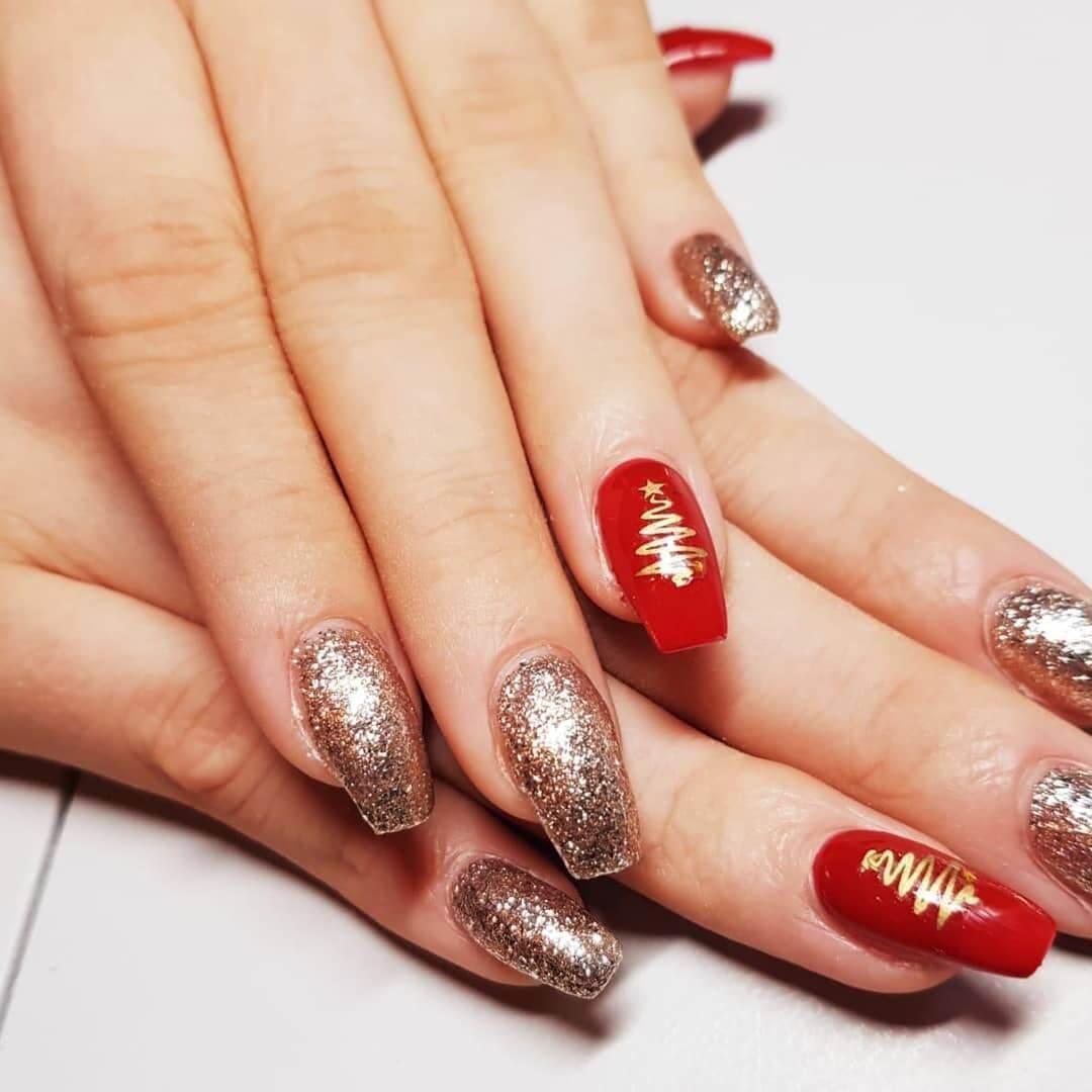 ongles décorés en rouge et or