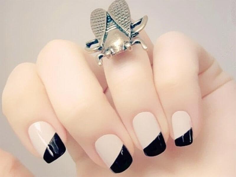 ongles français nus et décorés en noir