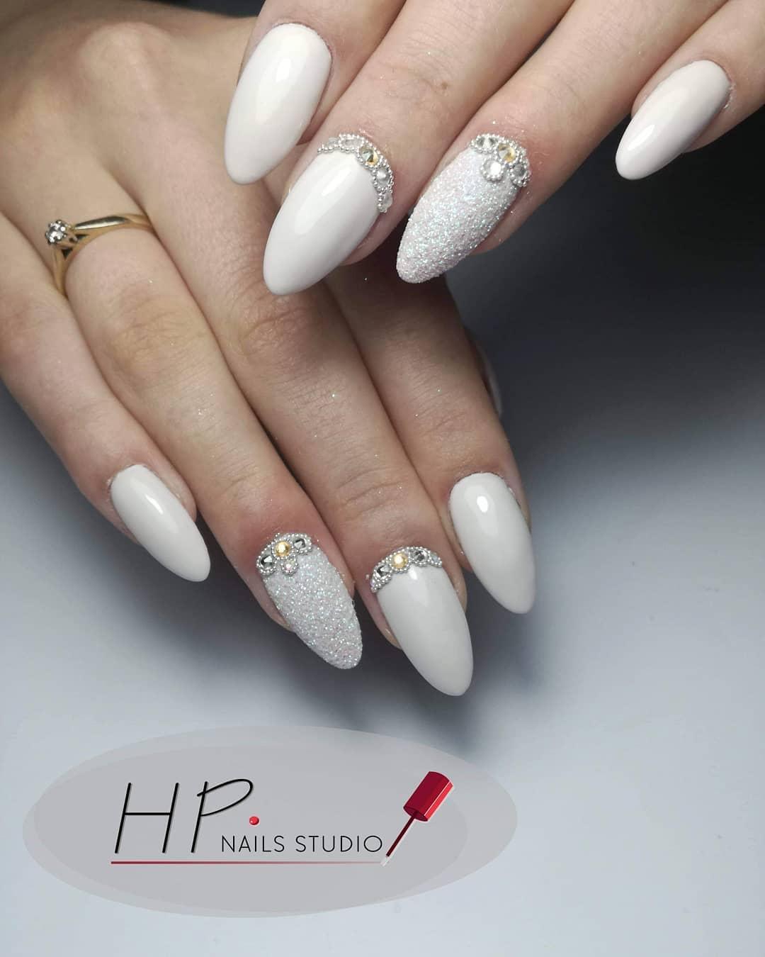 ongles décorés pour la mariée avec des pierres