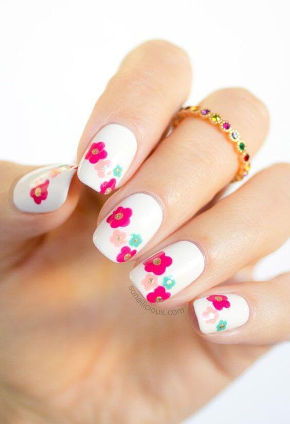 ongles délicats avec fleurs