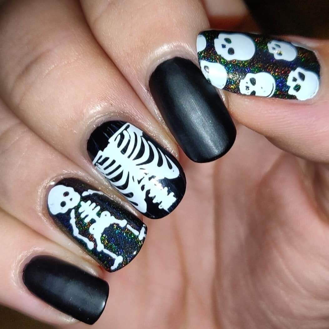 ongles d'halloween avec squelettes