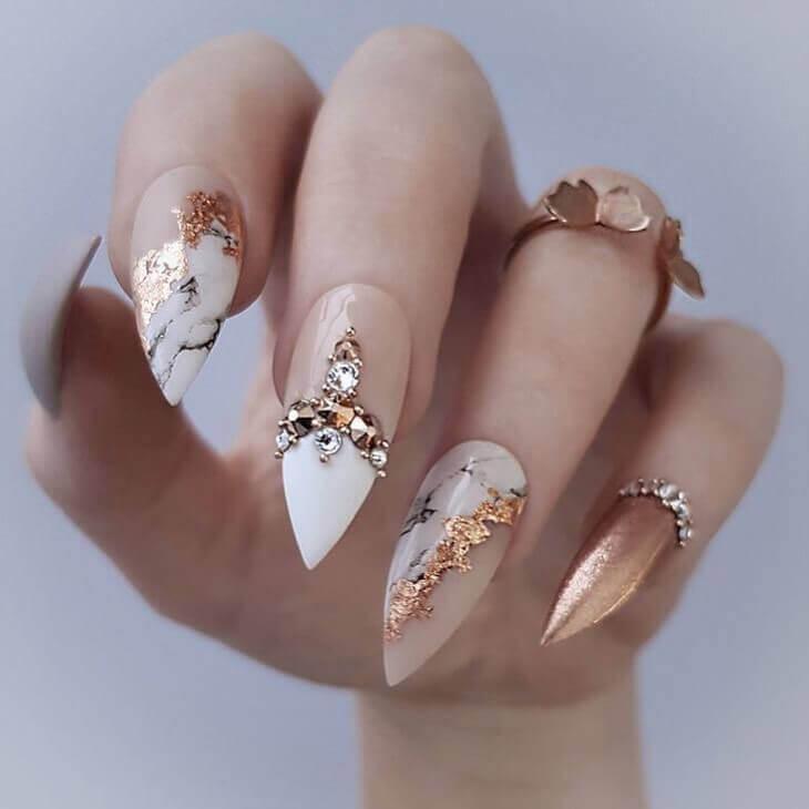 Des ongles élégants et dorés