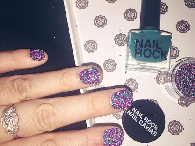 ongles en caviar bleu clair et rose