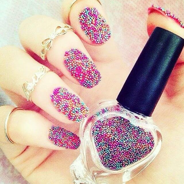 ongles en caviar coloré