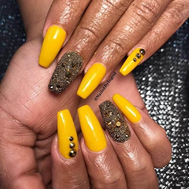 ongles en caviar jaune et noir