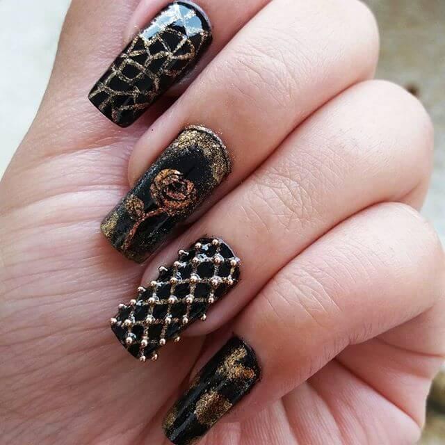 ongles en caviar noir et or