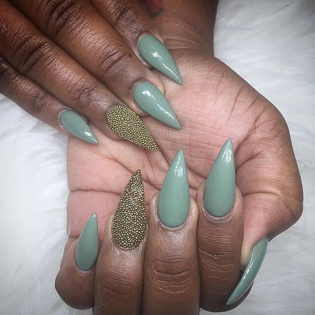 ongles en caviar vert et doré