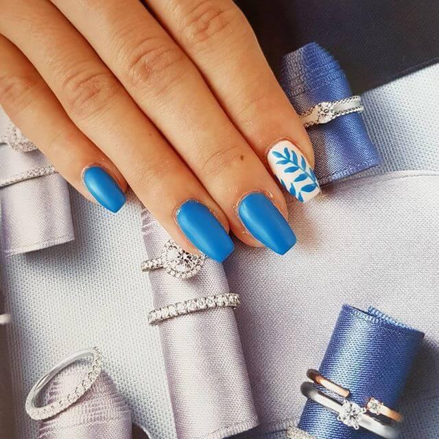 ongles en gel bleu clair