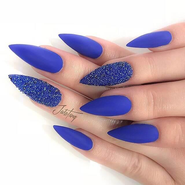 ongles en gel bleu et caviar
