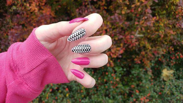 ongles en porcelaine avec lignes
