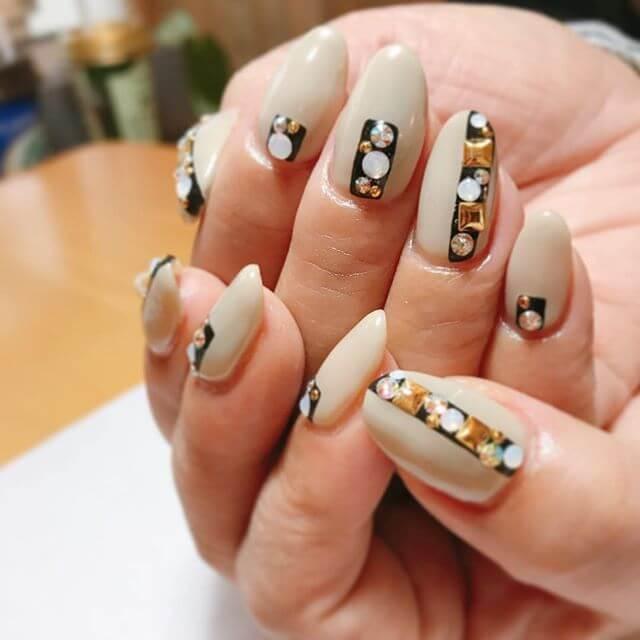 ongles en porcelaine avec pierres