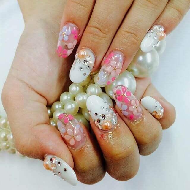 ongles en porcelaine fleurie