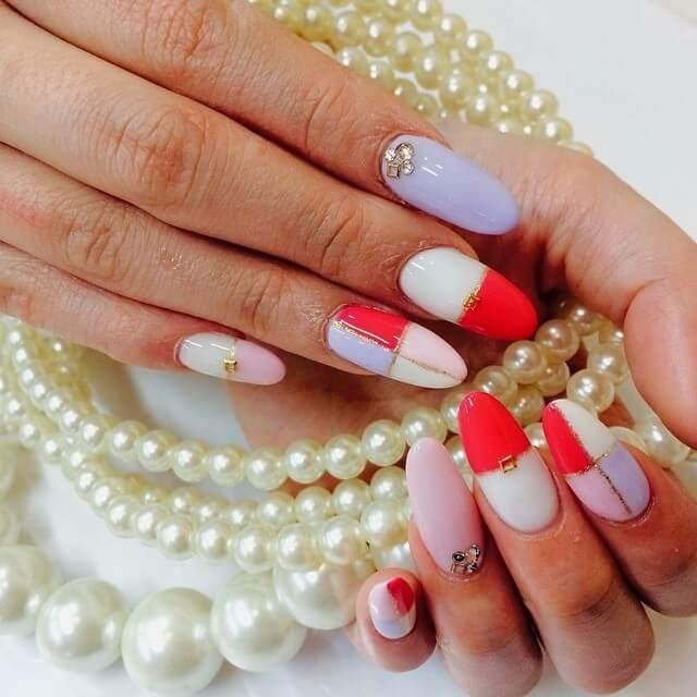 ongles en porcelaine rouge avec ruban adhésif