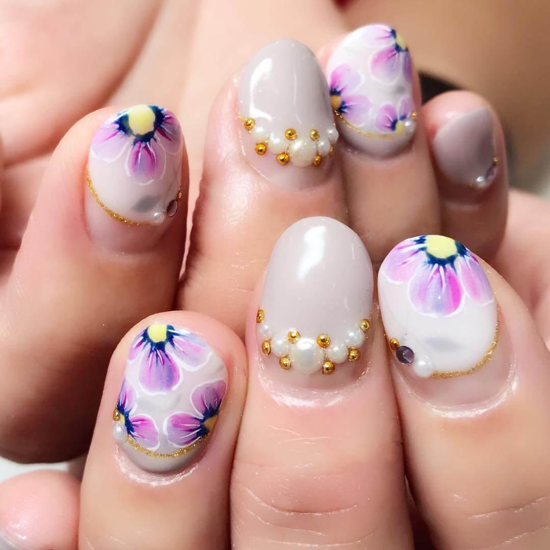 ongles fleuris et nacrés