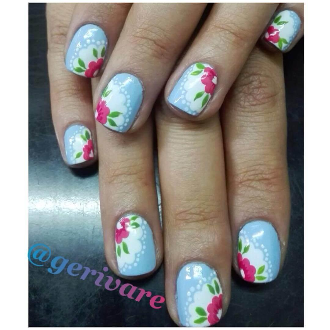 ongles rouges avec fleurs blanches