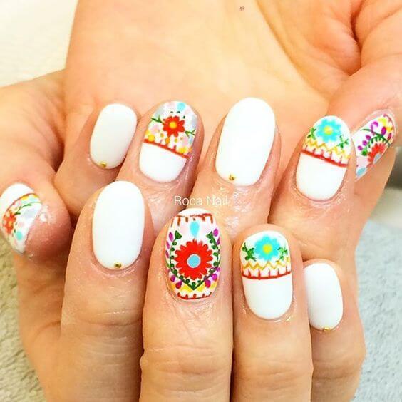ongles folkloriques avec fleurs