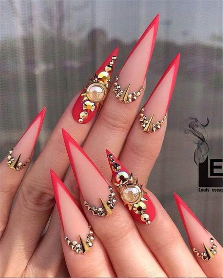 ongles français stiletto rouge avec pierres