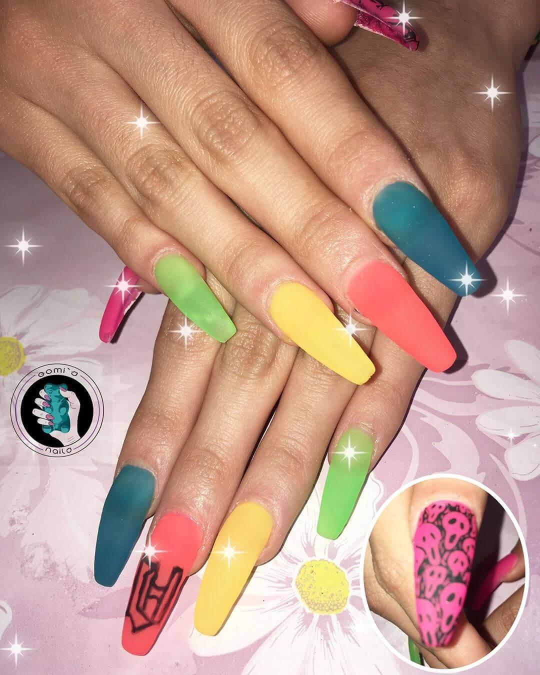 ongles longs décorés avec des couleurs mates