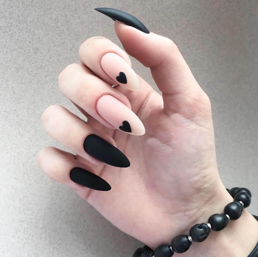 ongles longs avec coeur noir