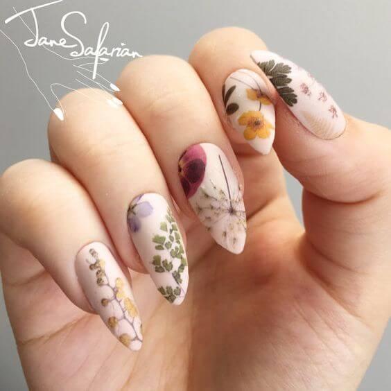 ongles longs décorés de fleurs