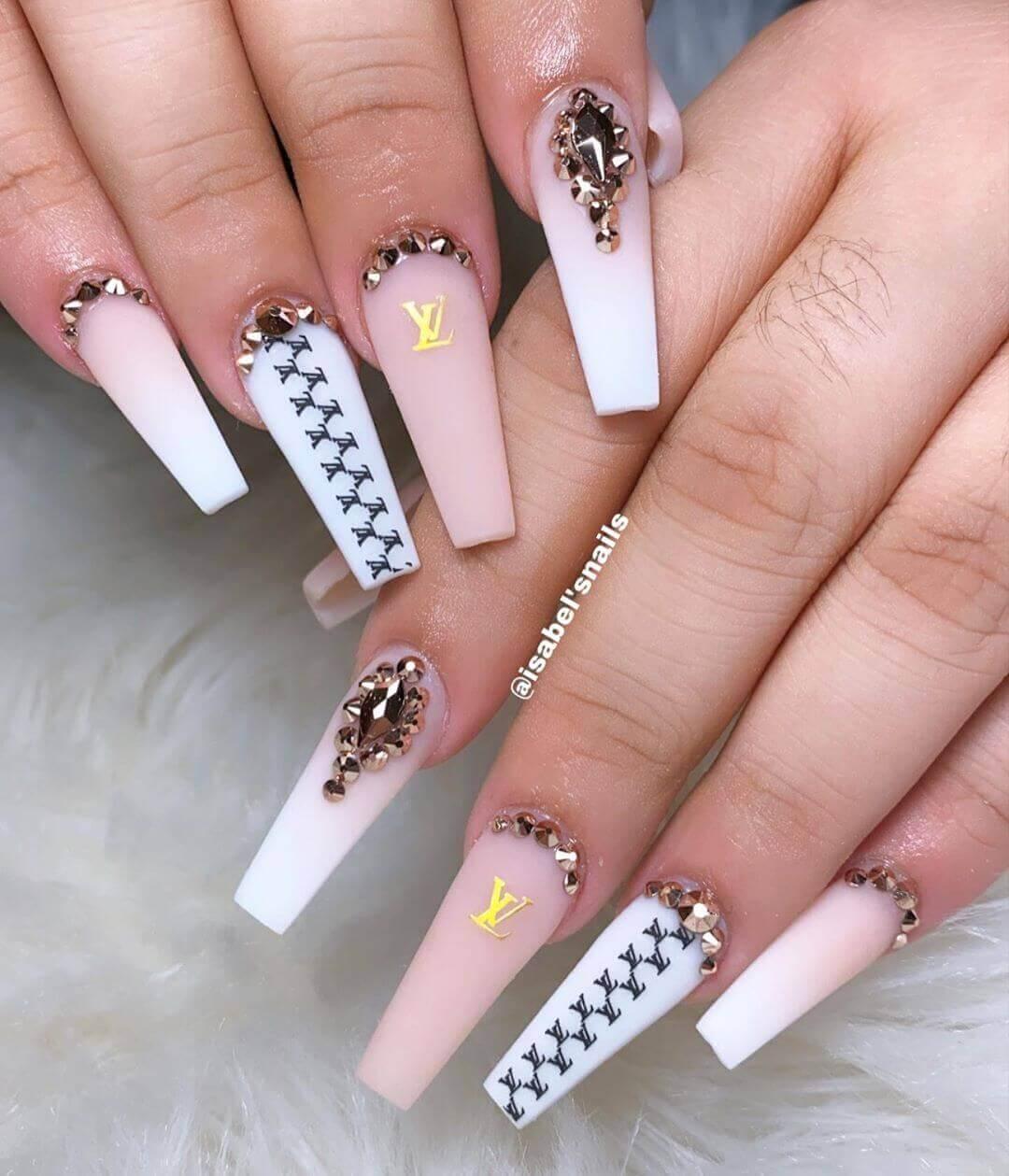 ongles longs décorés en blanc et rose pâle
