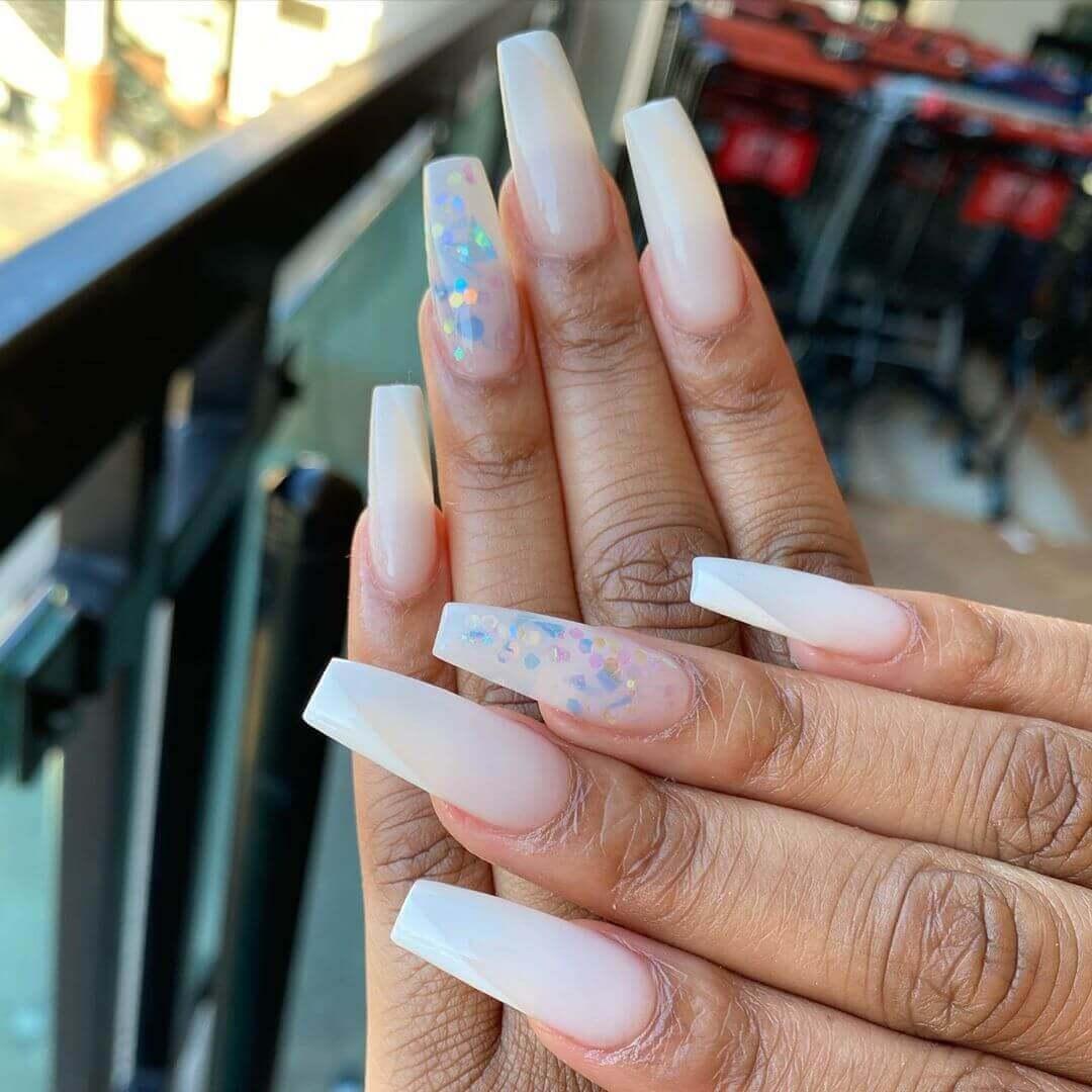ongles longs et blancs avec confettis