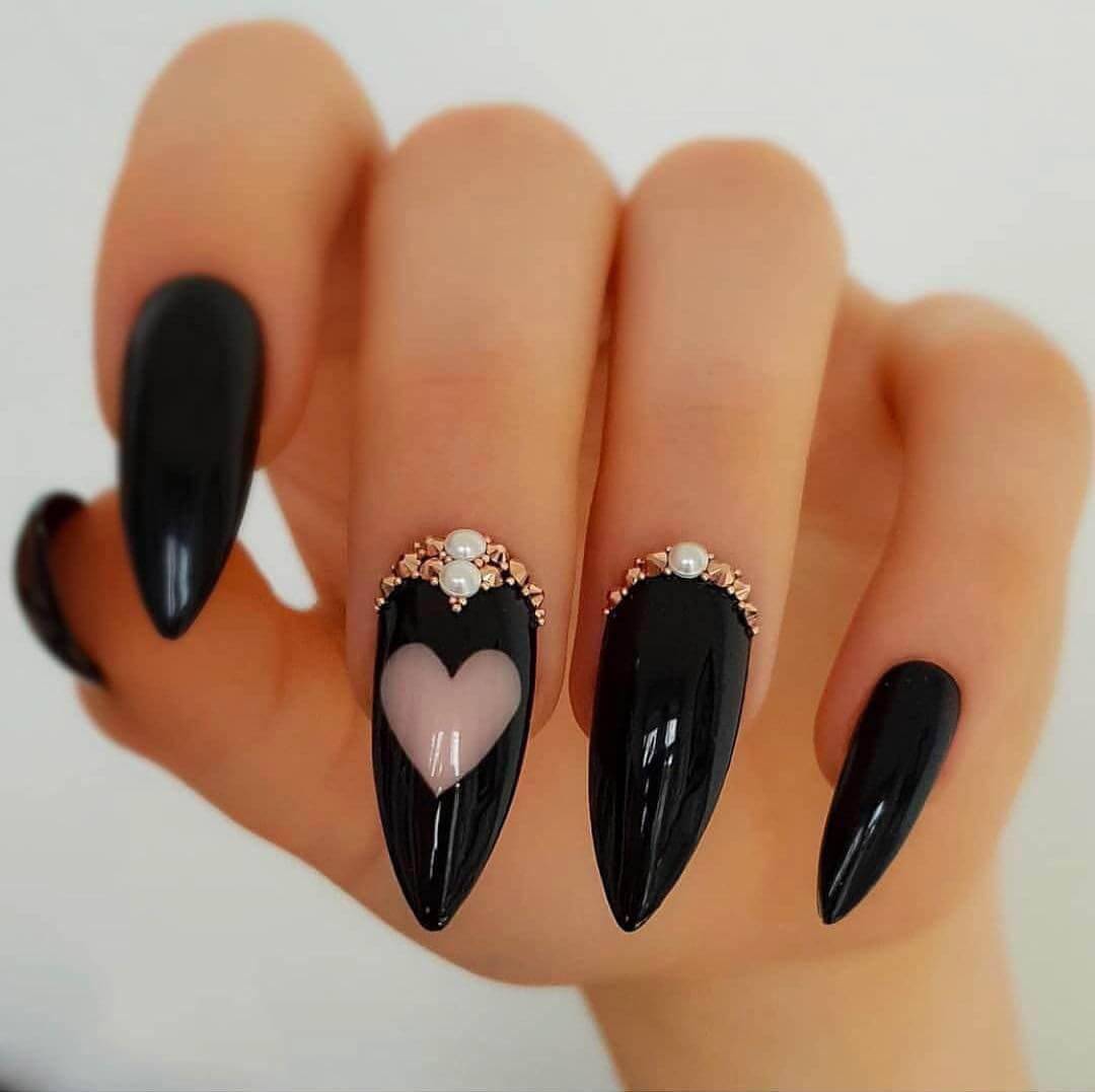 Ongles noirs avec coeurs
