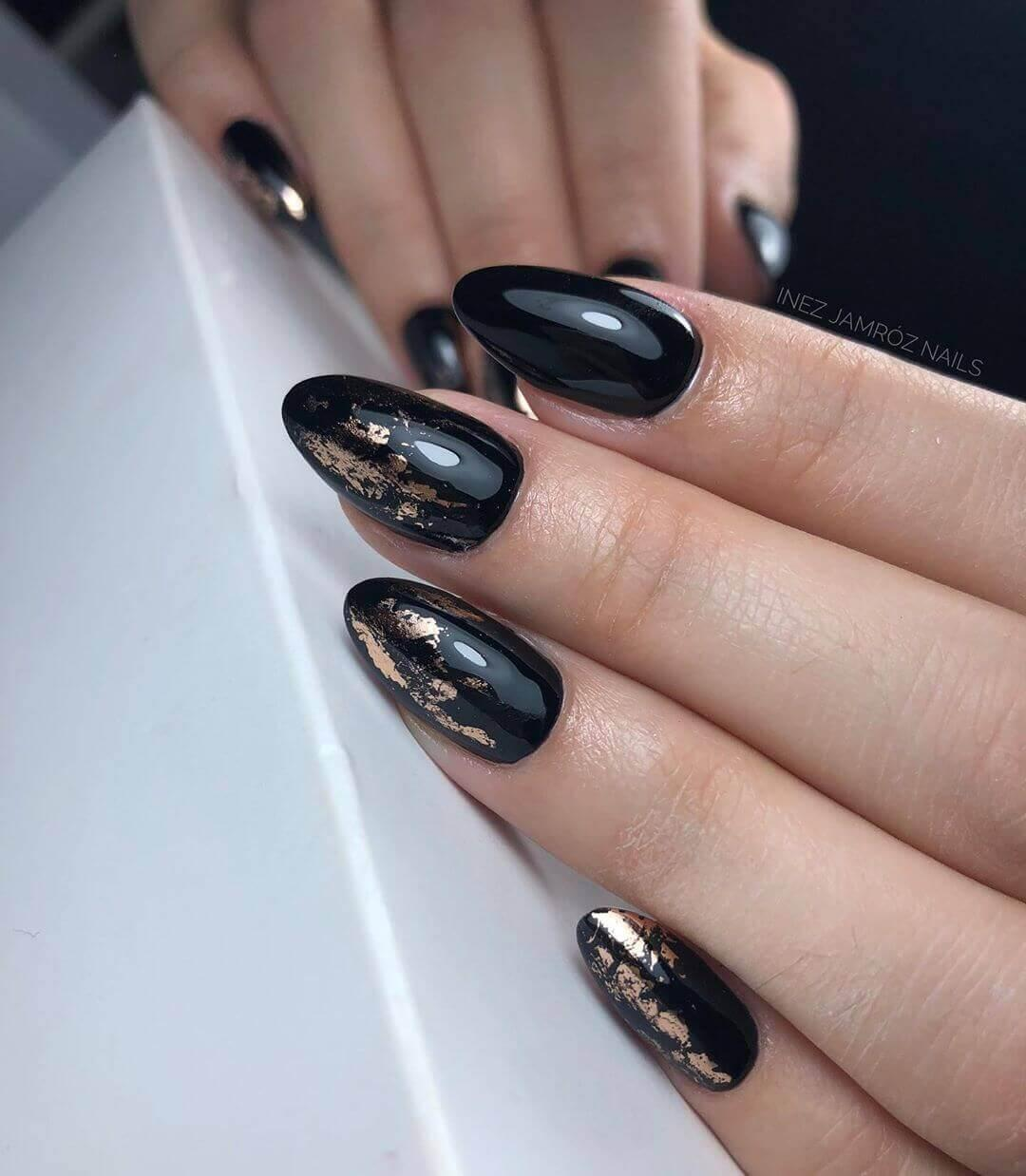 Ongles noirs avec or