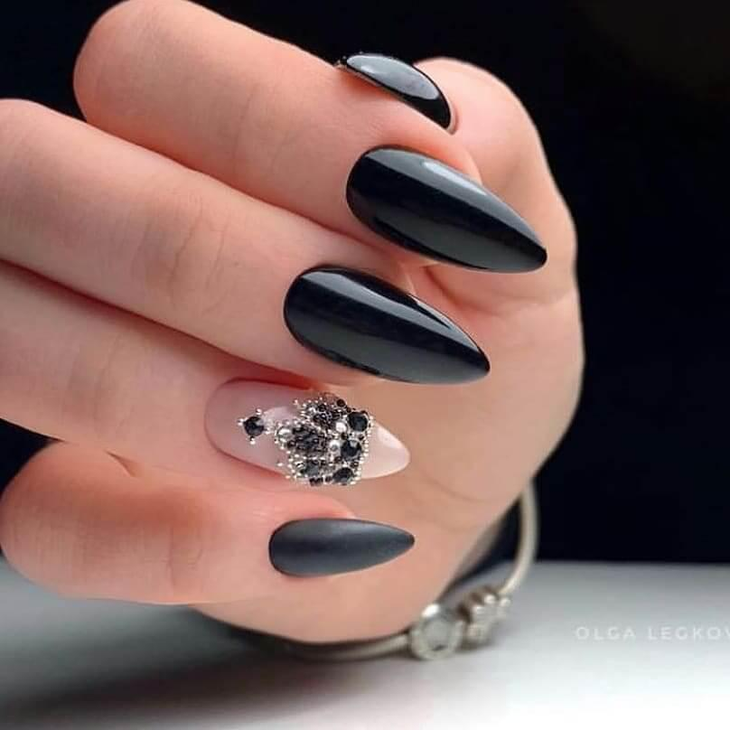 ongles noirs élégants