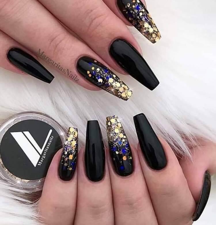 Ongles élégants noirs et dorés