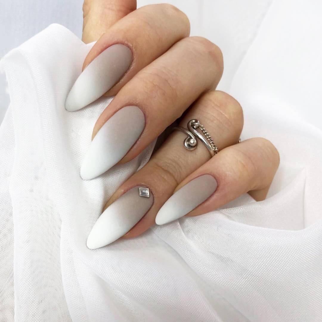 ongles nus dégradés en blanc