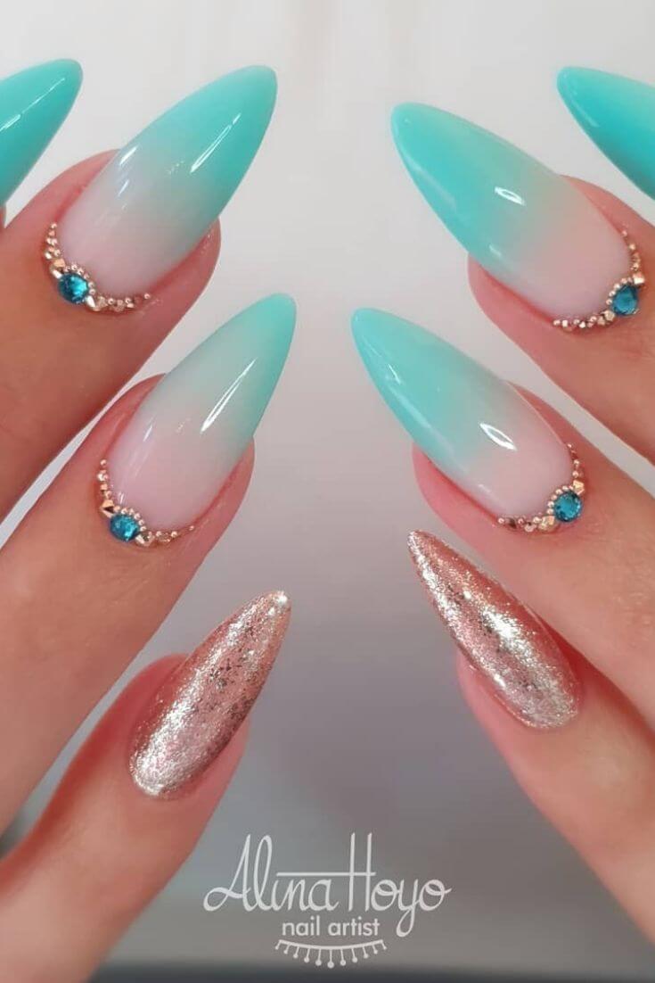 ongles ombrelle vert d'eau avec or et pierres
