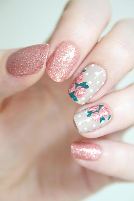 ongles roses avec fleurs et paillettes