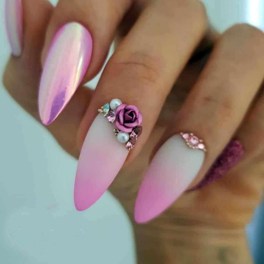 ongles roses avec pierres et fleurs pour la mariée