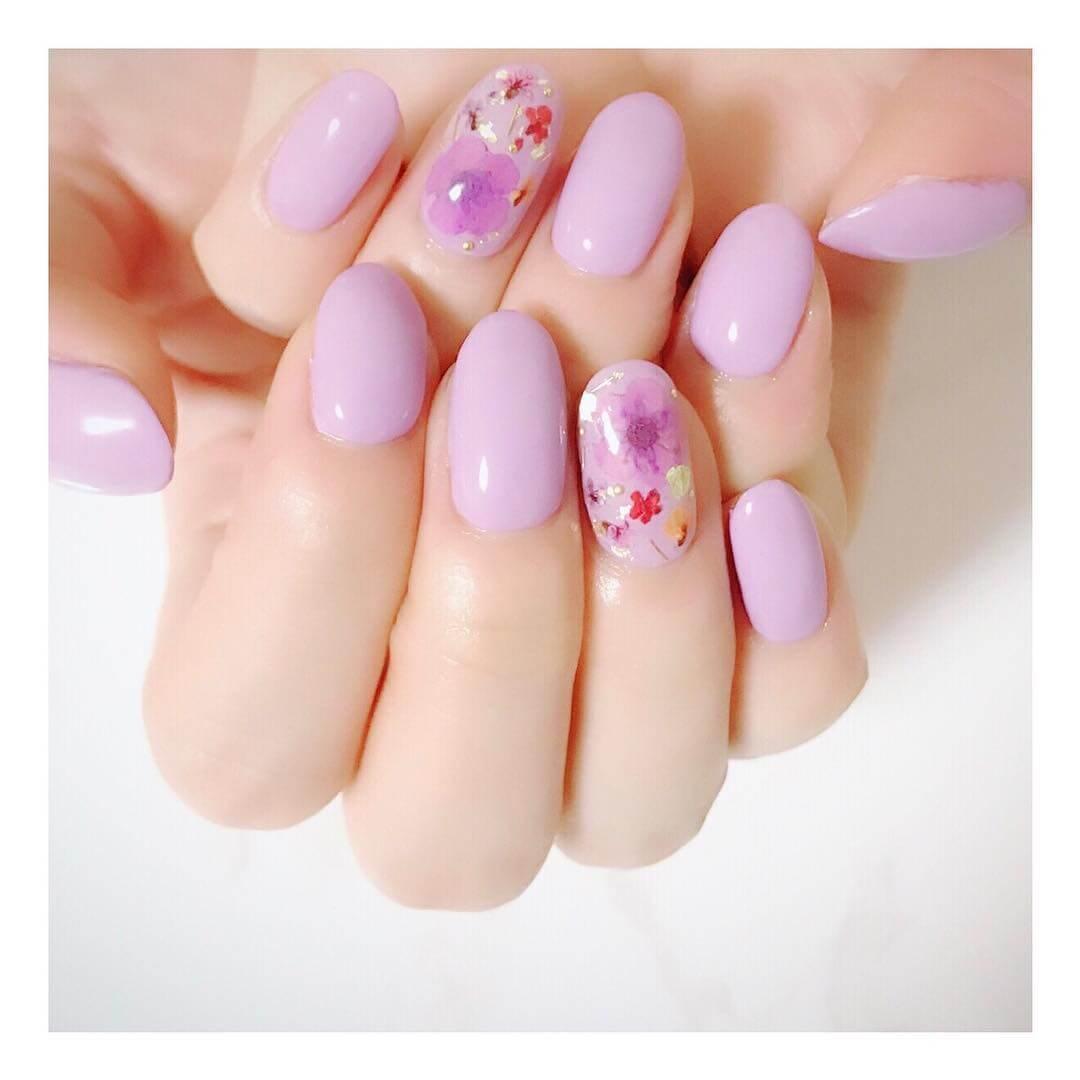 ongles roses décorés de fleurs