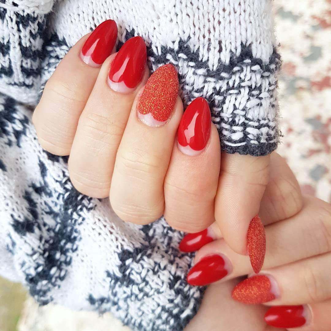 ongles rouges avec des coeurs