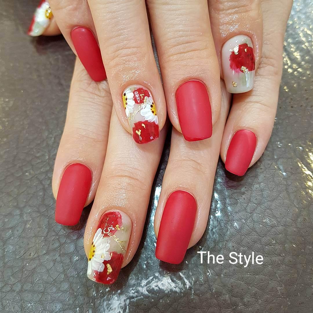 ongles rouges décorés de fleurs