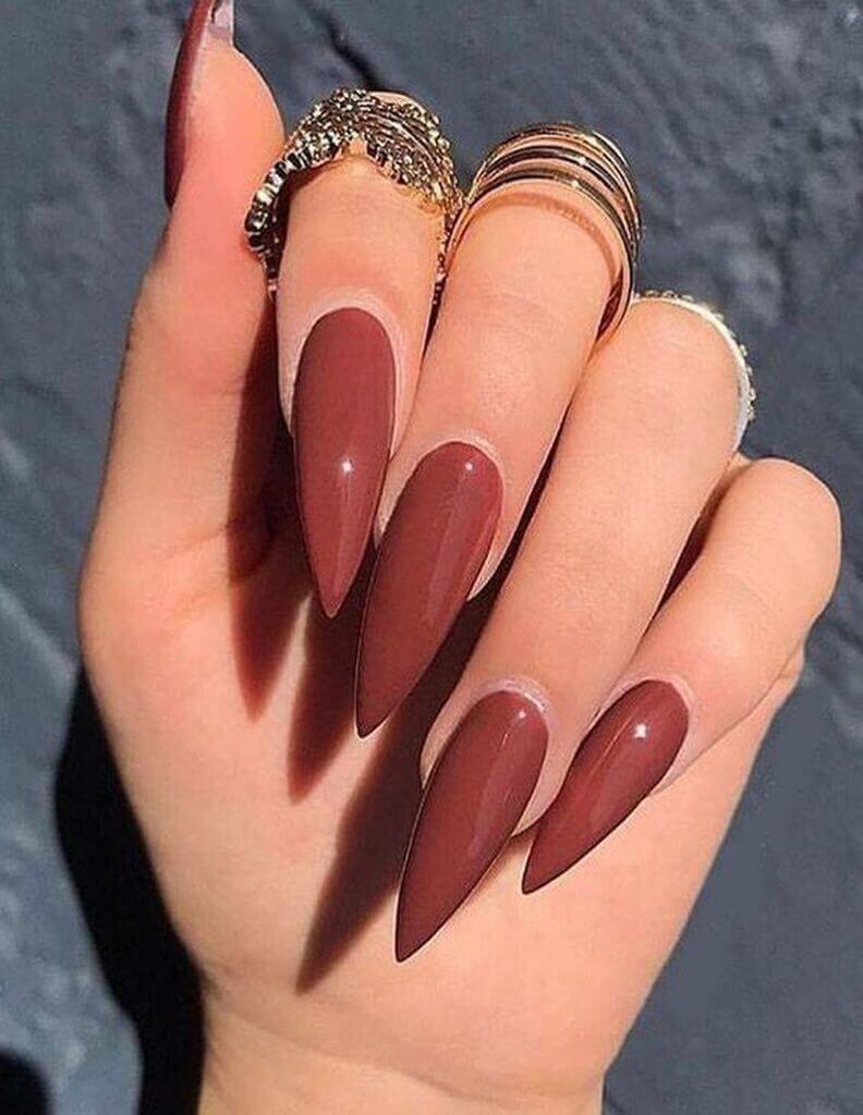 ongles stiletto couleur vin
