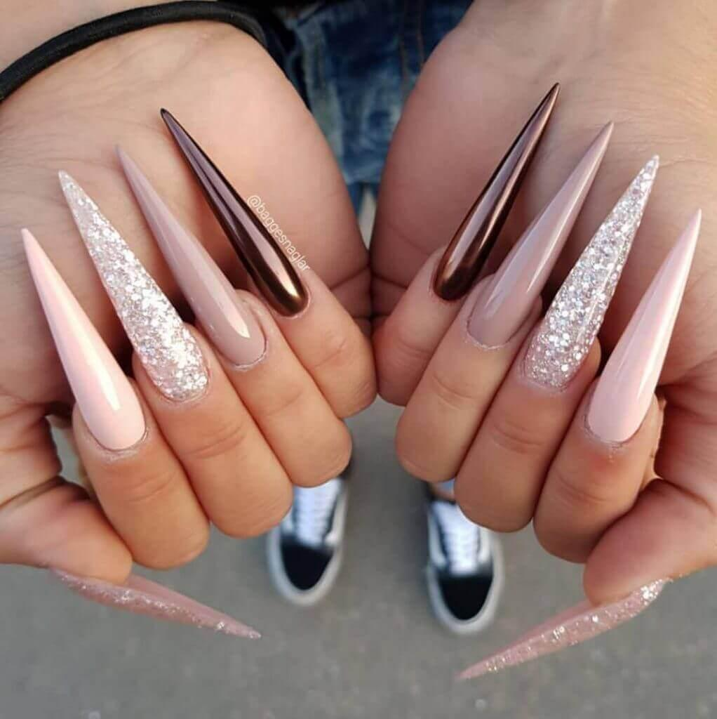 ongles très longs du stiletto