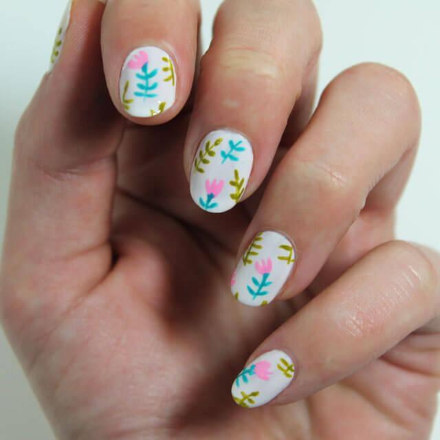 Peinture de ongles avec des fleurs faciles